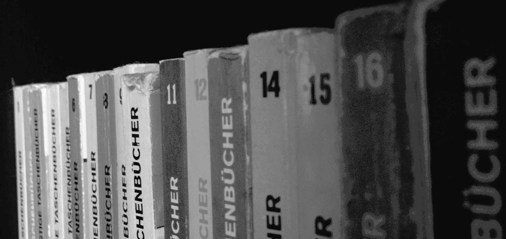 Foto mit den Bücherrücken der ersten 17 Lustigen Taschenbücher.