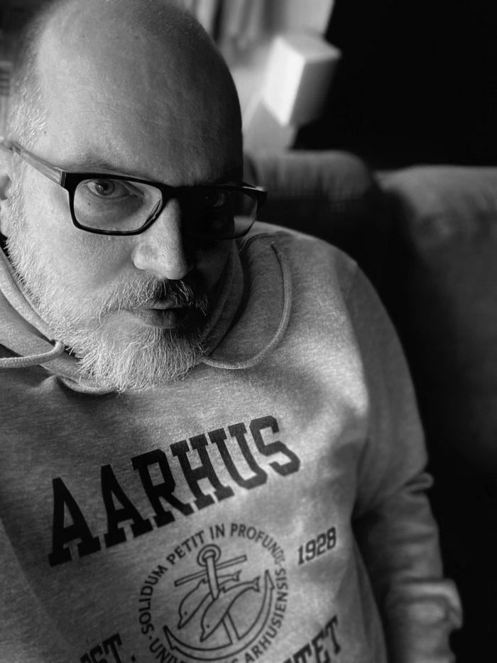 Christian im Hoodie der Universität Aarhus